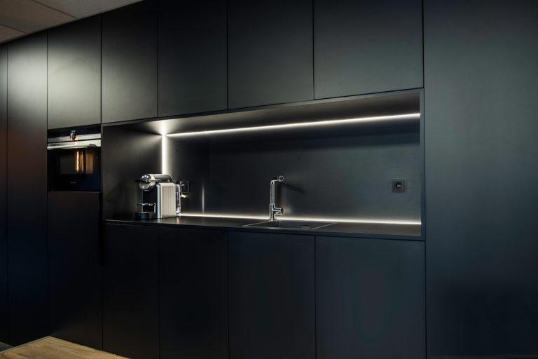 Mat zwarte keuken op maat met ledverlichting
